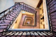 转动的美丽的舷梯和台阶,被看见从上,在大厦里面 免版税库存照片