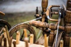 转动的螺纹葡萄酒设备与轮子和纺锤 库存图片