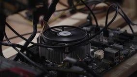 转动的被隔绝的现代致冷机被连接到在木桌上的主板 股票录像