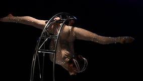 转动的设计月亮的体操运动员身体在一个黑暗的演播室 黑色背景 慢的行动 关闭 股票录像