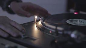 转动的转盘,转动唱片夜总会的dj的手 影视素材