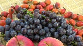 转动的食物结果实背景 北葡萄、野玫瑰果和苹果 股票视频