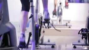 转动的类:踩的踏板在锻炼脚踏车的脚 影视素材
