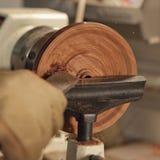 转动硬木碗的手 库存照片