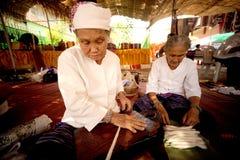 转动羊毛的年长妇女的手 免版税库存照片