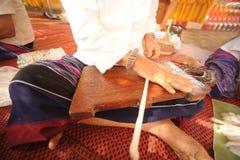 转动羊毛的年长妇女的手 库存图片