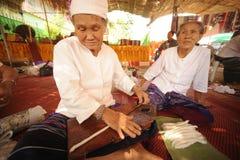 转动羊毛的年长妇女的手 免版税图库摄影