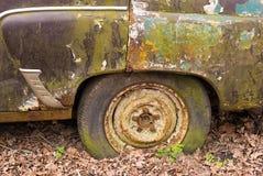 转动非常老汽车,在露天下 免版税库存图片