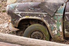 转动非常老汽车,在露天下 库存图片