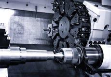 转动顶头与钻床位和工具在一棵高精度机械工植物中在CNC车床在车间 免版税库存图片