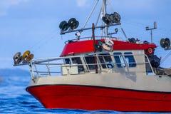 转动鲭鱼勾子线捕鱼船房子  库存图片