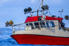 转动鲭鱼勾子线捕鱼船房子  免版税库存图片