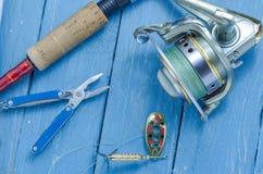 转动,短管轴、诱饵和钳子 诱饵和渔夫的工具 免版税库存图片