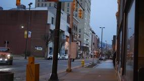 转动,WV -大约2019年4月1日-在转动仅西维吉尼亚社论用途的一条平衡的街道 股票录像