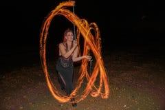 转动Poi舞蹈家的Calisto部族蝴蝶火 免版税库存图片