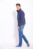 转向照相机的牛仔裤和夹克的偶然人 库存图片