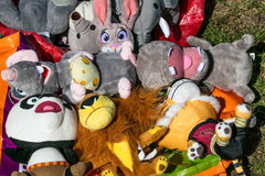转售婴孩和孩子玩具熊戏弄在车库售物 库存照片