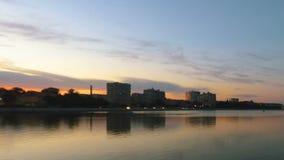 转折的时间间隔从黄昏到看在Vilga河,阿斯特拉罕,俄罗斯的夜 股票录像