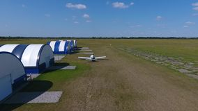转换型飞机在领域通过白色蓝色飞机棚的,空气射击起飞 股票视频