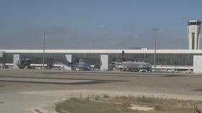 转换型飞机操纵到终端在机场在登陆以后 05 10 2017年马拉加,西班牙 股票视频