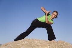 转接倾斜的女子瑜伽 免版税库存图片