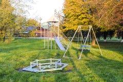 转盘、摇摆和幻灯片 2 children playground 摇摆和滑的幻灯片 免版税库存图片