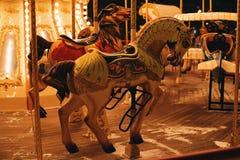 转盘两匹马黑暗的晚上 免版税库存照片