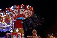 转盘乘驾在晚上在冬天妙境主题的游乐园在伦敦,英国 库存照片
