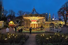 转盘和圣诞节照明在Tivoli庭院里,哥本哈根,丹麦 免版税库存图片