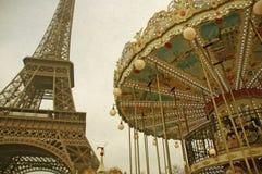 转盘和艾菲尔铁塔减速火箭的口气在有雾的天空背景的巴黎  免版税库存图片