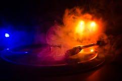 转盘唱片球员 音乐节目主持人的减速火箭的音响器材 演奏的DJ的合理的技术能混合&音乐 唱片是 免版税库存照片