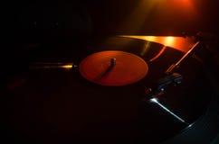 转盘唱片球员 音乐节目主持人的减速火箭的音响器材 演奏的DJ的合理的技术能混合&音乐 唱片是 库存图片