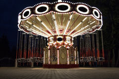转盘在夜公园 免版税库存照片