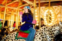 转盘骑马捷豹汽车的挥动的女孩 库存图片