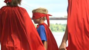 转超级英雄的家庭看照相机和回去,准备好面对挑战 股票录像