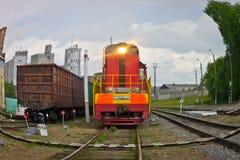 转轨在火车站的火车, fisheye 免版税库存图片