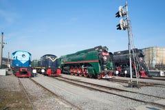 转轨的机车和两在10月铁路的苏联蒸汽机车 彼得斯堡圣徒 免版税库存照片