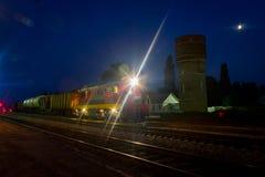 转轨的火车的工作在夜驻地的 免版税库存图片