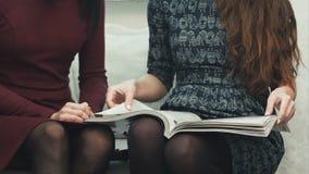 翻转通过时装杂志的年轻女性手坐沙发 股票视频