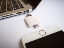 转移与iPhone和Macbook的外存储器 库存照片