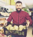 转移新鲜蔬菜的卖主 免版税库存照片