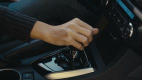 转移从D驱动的自动传输到P停车处 影视素材