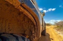轮井泥泞的在SUV 免版税库存图片