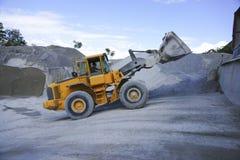 轮子卸载沙子的装载者挖掘机 图库摄影