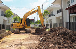 轮子卸载黏土的装载者机器在移动在建造场所运转 免版税图库摄影
