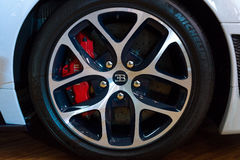 轮子和一辆大型豪华汽车本特利新的大陆GT V-8敞篷车的制动系统组分 免版税库存图片