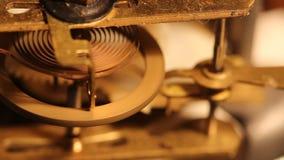 轮子和齿轮在老时钟里面 股票视频