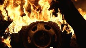 轮子在汽车在晚上,车胎烧烧,特写镜头 影视素材