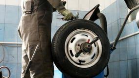 轮子平衡汽车维修车间快动作 汽车维修车间,技工修理泄了气的轮胎或安装新的轮子 影视素材