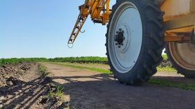 轮子拖拉机 在麦田的一台拖拉机中 库存照片